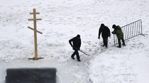Подготовка крещенской купели во льду Спортивной гавани во Владивостоке