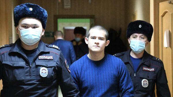 Сотрудники полиции конвоируют обвиняемого Рамиля Шамсутдинова в зал 2-го Восточного окружного военного суда в Чите