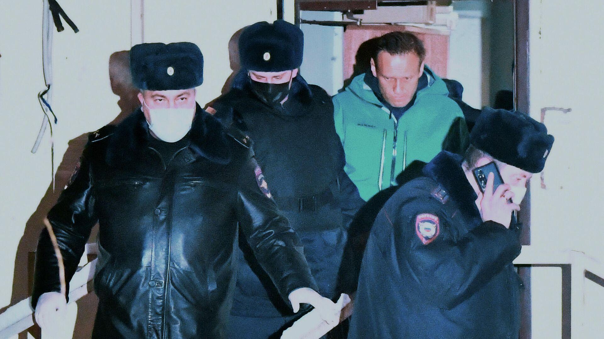 Сотрудники полиции выводят Алексея Навального из здания 2-го отдела полиции Управления МВД России по г. о. Химки - РИА Новости, 1920, 24.01.2021
