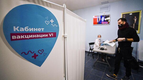 Мужчина в кабинете вакцинации в театре Геликон-Опера в Москве