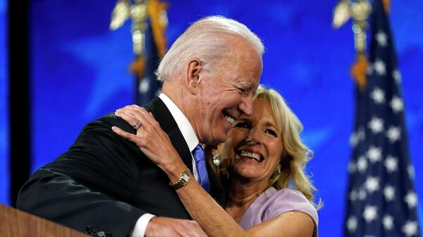 Кандидат в президенты США Джо Байден с супругой Джилл после речи на Национальном съезде Демократической партии США