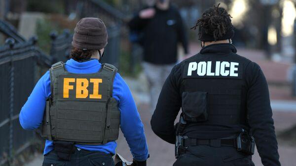 Сотрудники ФБР и полиции у здания Капитолия в Вашингтоне