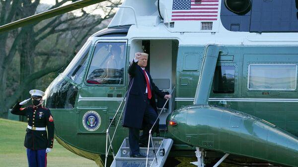 Президент США Дональд Трамп покидает Белый дом