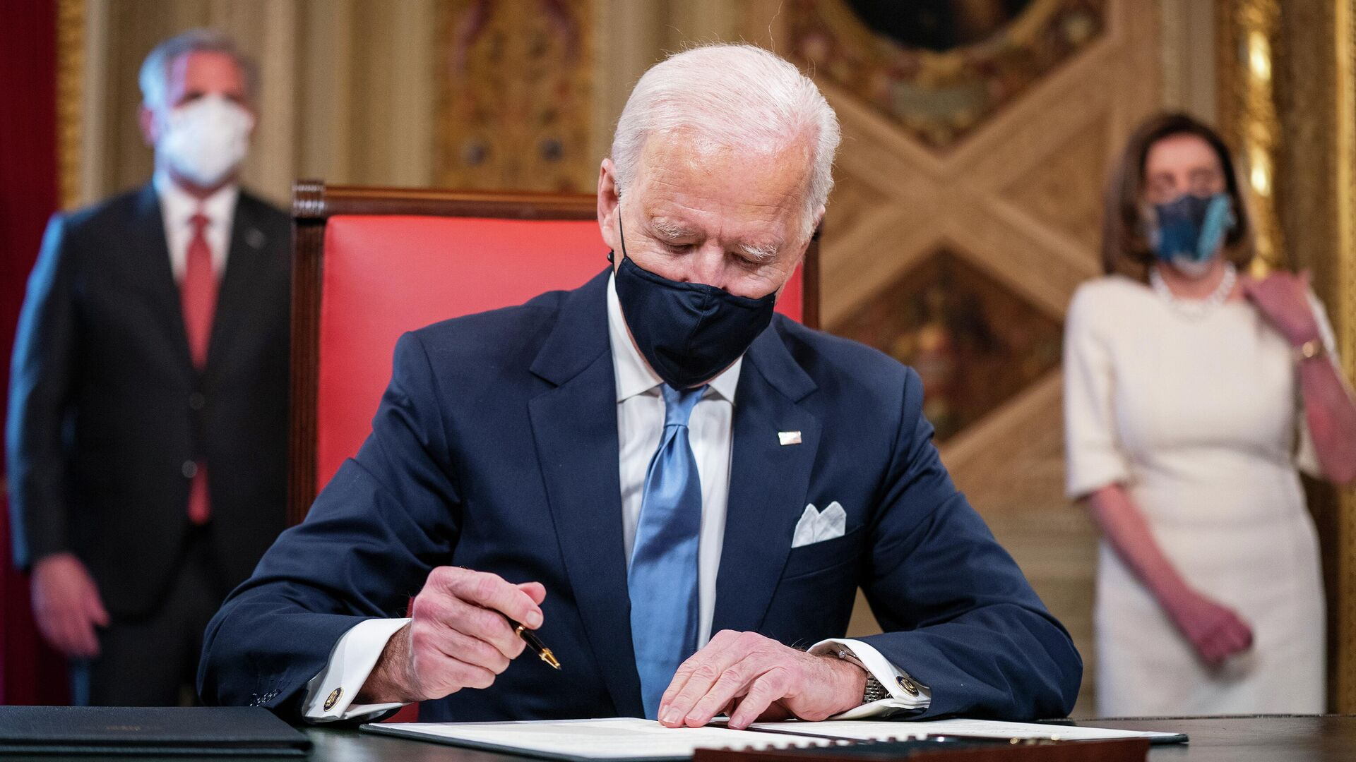 Who are Trump and Biden's bee ... for Russia?