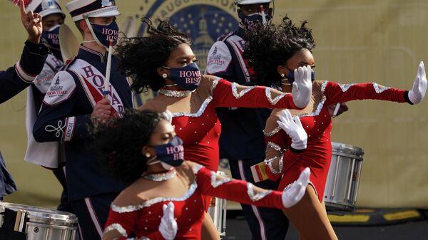Марширующий оркестр Говардского университета Showtime на площади Свободы на Пенсильвания - авеню перед парадом в День инаугурации президента США Джо Байдена в Вашингтоне