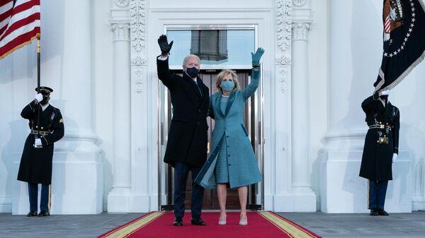 Президент США Джо Байден и первая леди Джилл Байден возле Белого дома в Вашингтоне