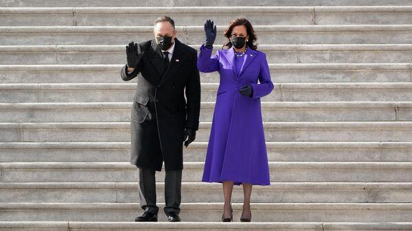 Вице-президент Камала Харрис и ее муж Дуг Эмхофф после церемонии инаугурации президента Джо Байдена