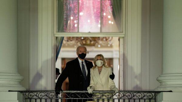 Президент США Джо Байден и первая леди Джилл Байден смотрят фейерверк с балкона Белого дома