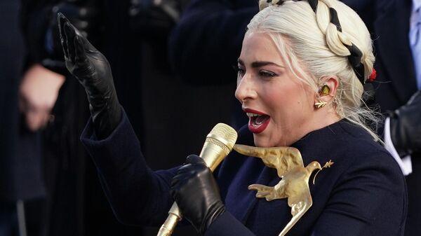 Леди Гага поет Национальный гимн США во время инаугурации Джо Байдена