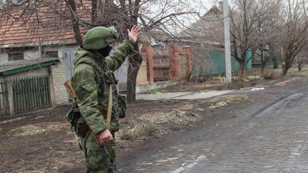 Военнослужащий армии ДНР в поселке Старомихайловка Донецкой области