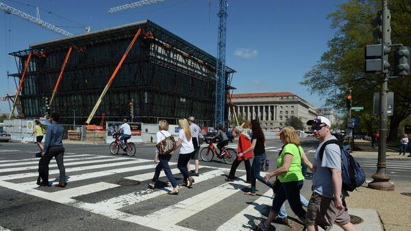 Люди переходят улицу в Вашингтоне (округ Колумбия).