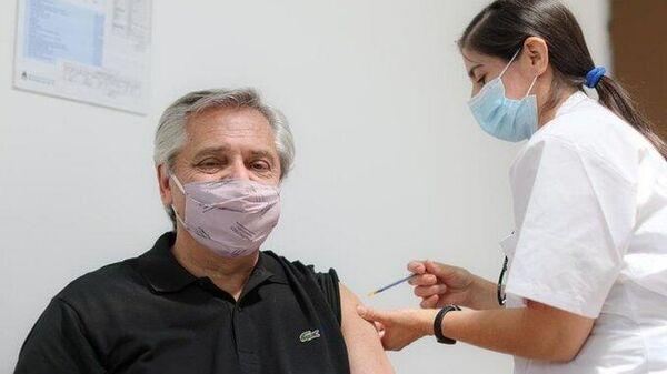 Президент Аргентины Альберто Фернандес привился от коронавируса вакциной Спутник V