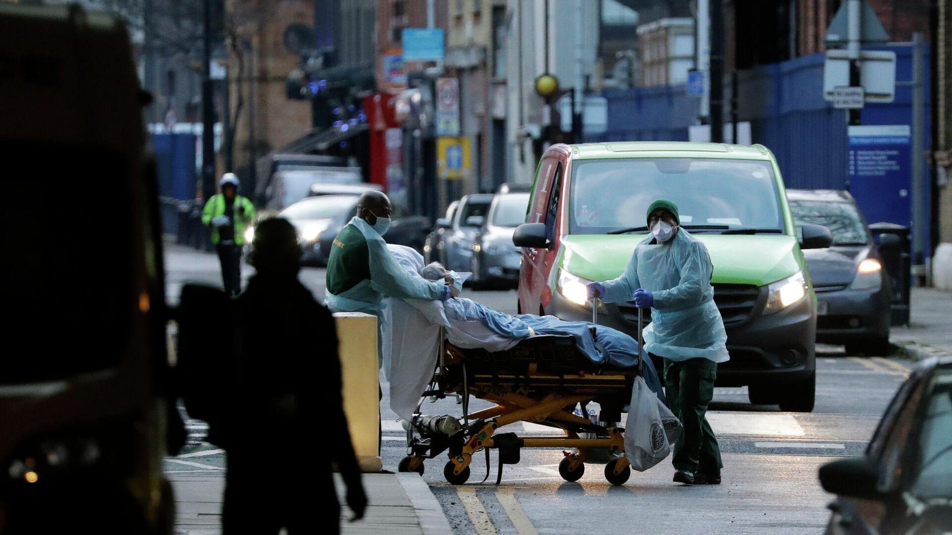 Медицинские работники транспортируют пациента на улице Лондона, Великобритания - РИА Новости, 1920, 10.01.2021