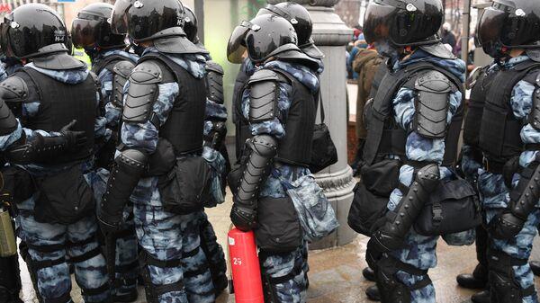 Сотрудники правоохранительных органов на Пушкинской площади в Москве во время несанкционированной акции сторонников Алексея Навального