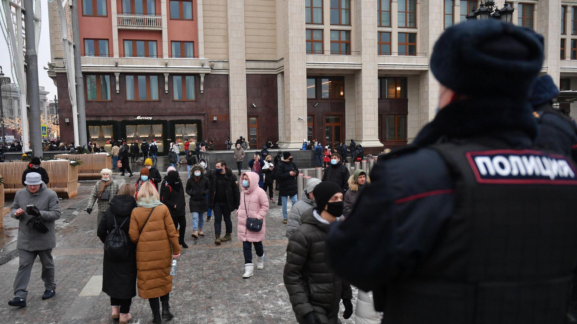 Сотрудник полиции и люди на Манежной площади в Москве во время несанкционированной акции сторонников Алексея Навального - РИА Новости, 1920, 23.01.2021