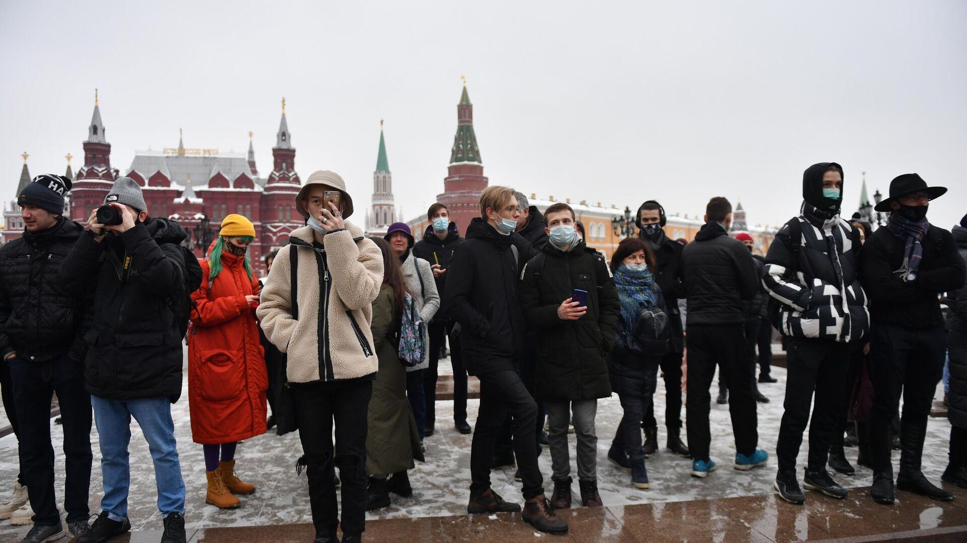 Люди на Манежной площади в Москве во время несанкционированной акции сторонников Алексея Навального - РИА Новости, 1920, 28.01.2021
