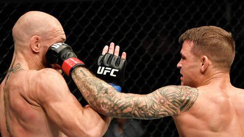 Конор Макгрегор (слева) в бою с Дастином Порье