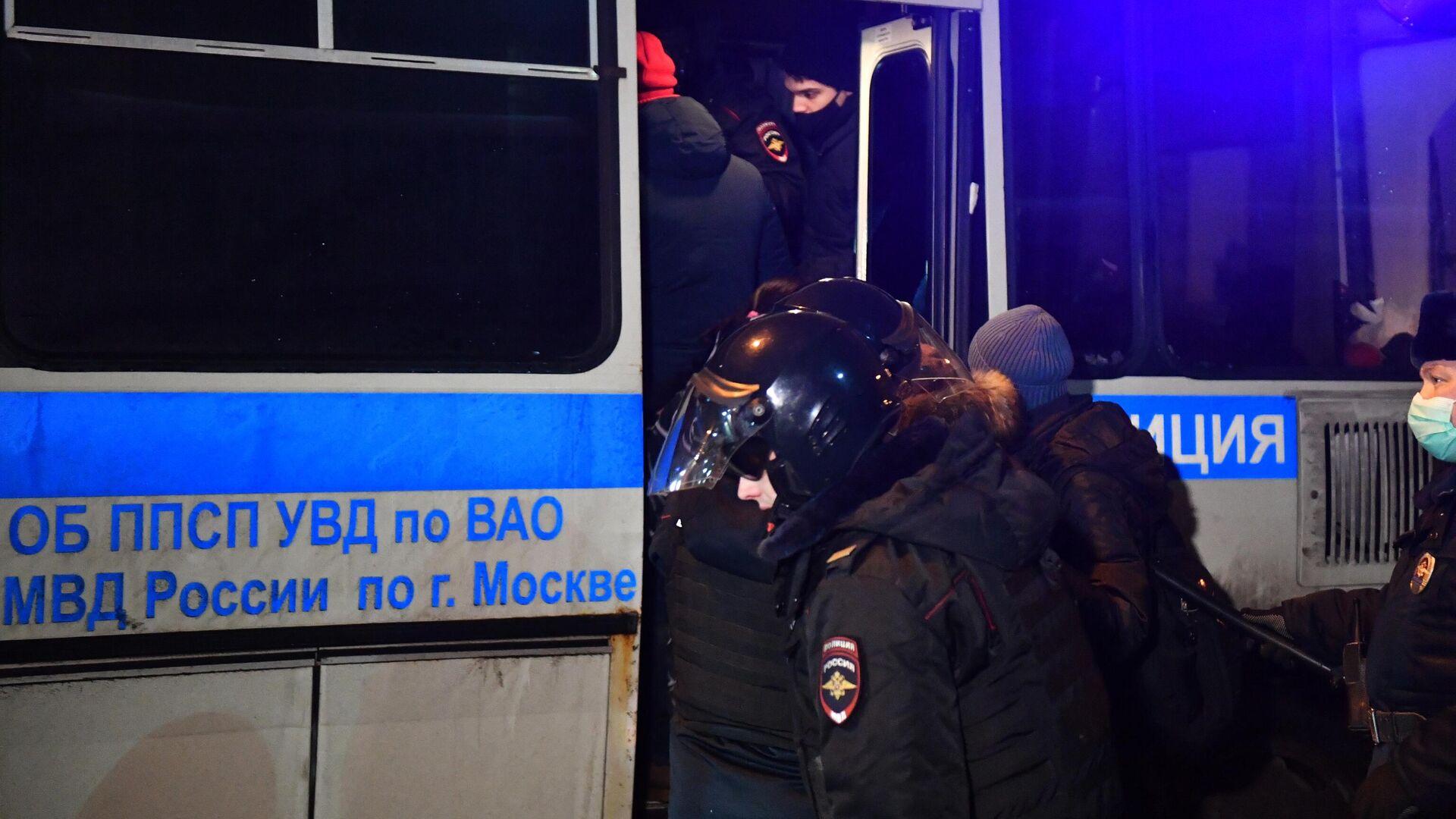 Сотрудники полиции задерживают участников несогласованной акции сторонников Алексея Навального у СИЗО Матросская Тишина в Москве - РИА Новости, 1920, 04.02.2021