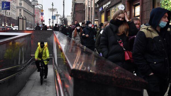 Участники несанкционированной акции сторонников Алексея Навального идут по Тверской улице в Москве