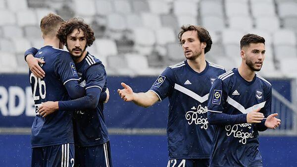 Футболисты Бордо радуются забитому мячу