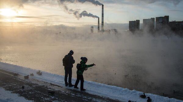 Прохожие на Кожуховском пруду в Москве