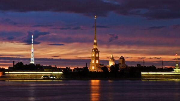 Вид на Петропавловскую крепость с Дворцовой набережной