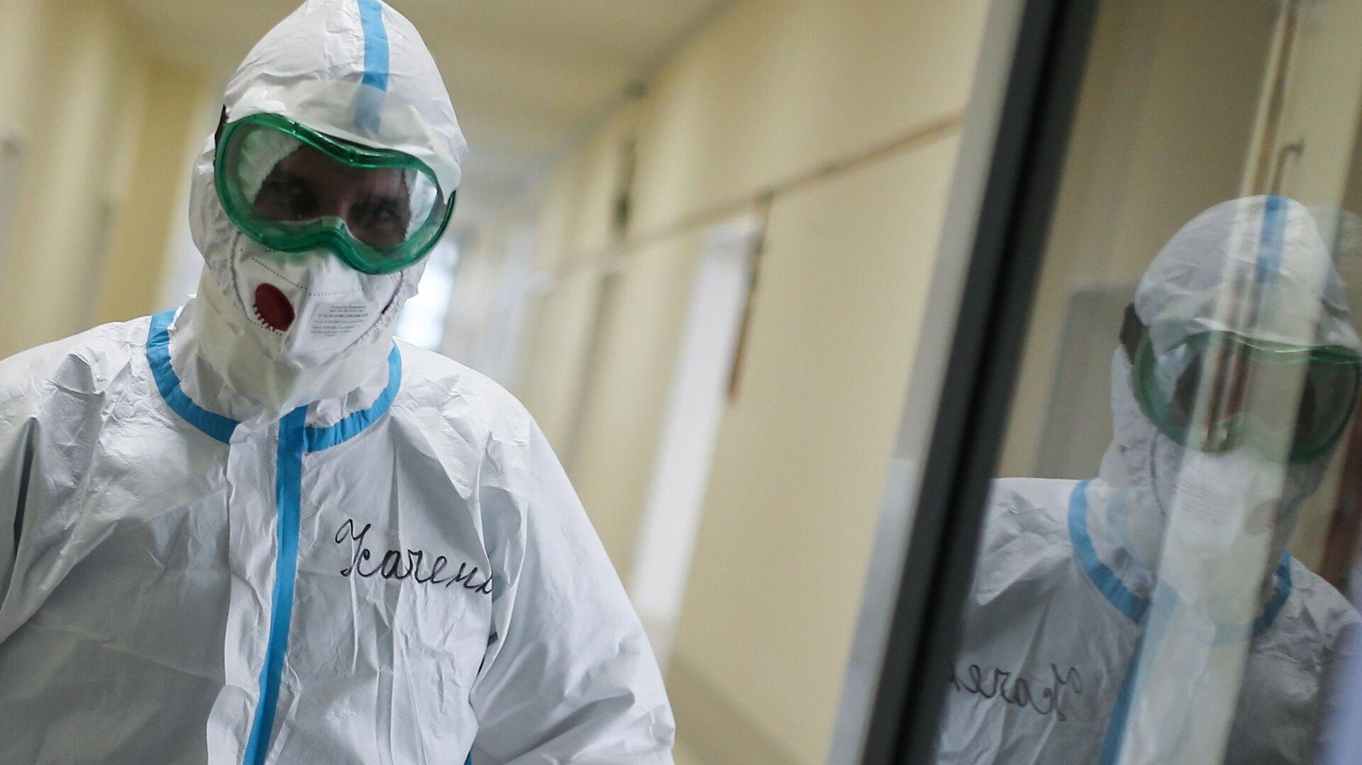 Медицинский сотрудник в коридоре больницы для больных коронавирусом в родильном доме №2 - РИА Новости, 1920, 27.01.2021
