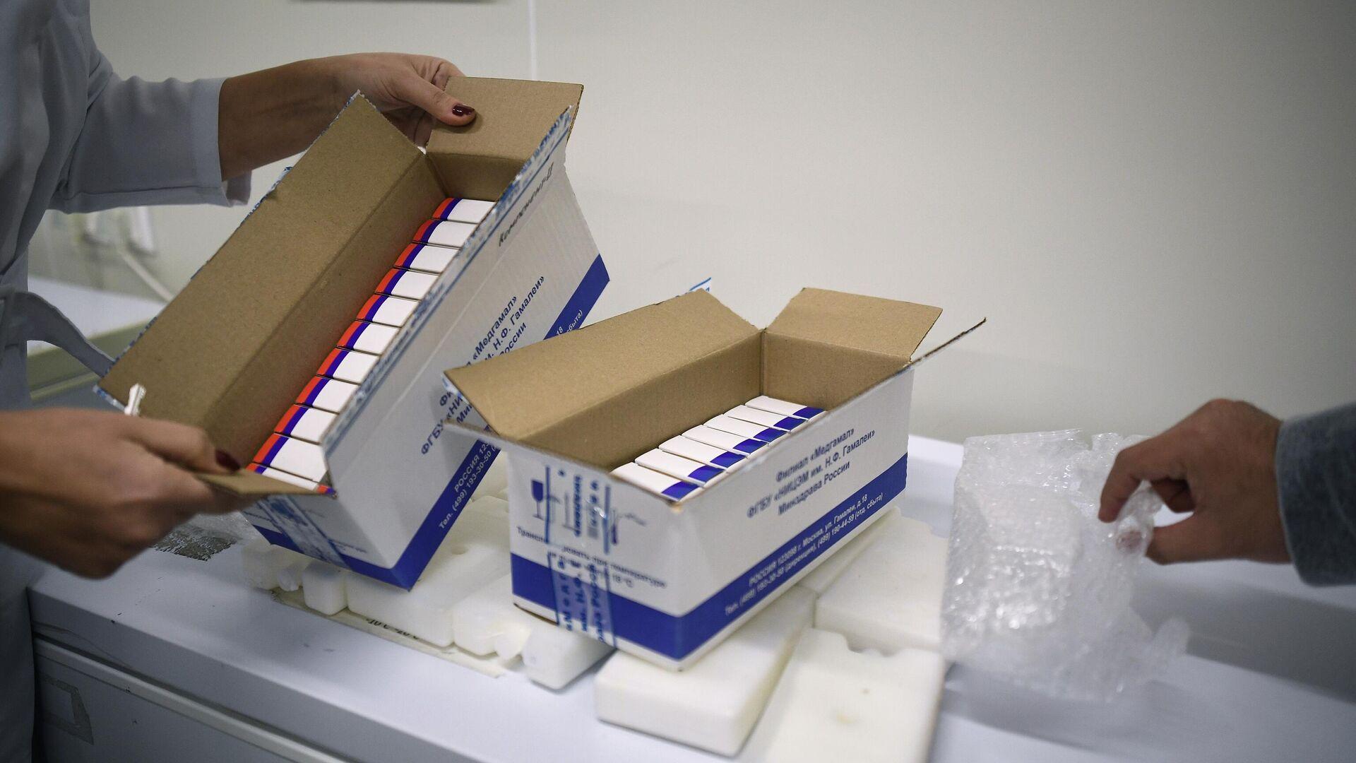 Сотрудница упаковывает вакцину Гам-КОВИД-Вак (торговая марка Спутник V) для отправки за границу - РИА Новости, 1920, 27.01.2021