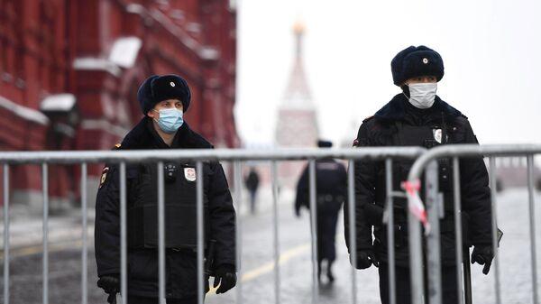 Сотрудники полиции поставили ограждения у Красной площади в Москве перед началом несанкционированной акции сторонников Алексея Навального