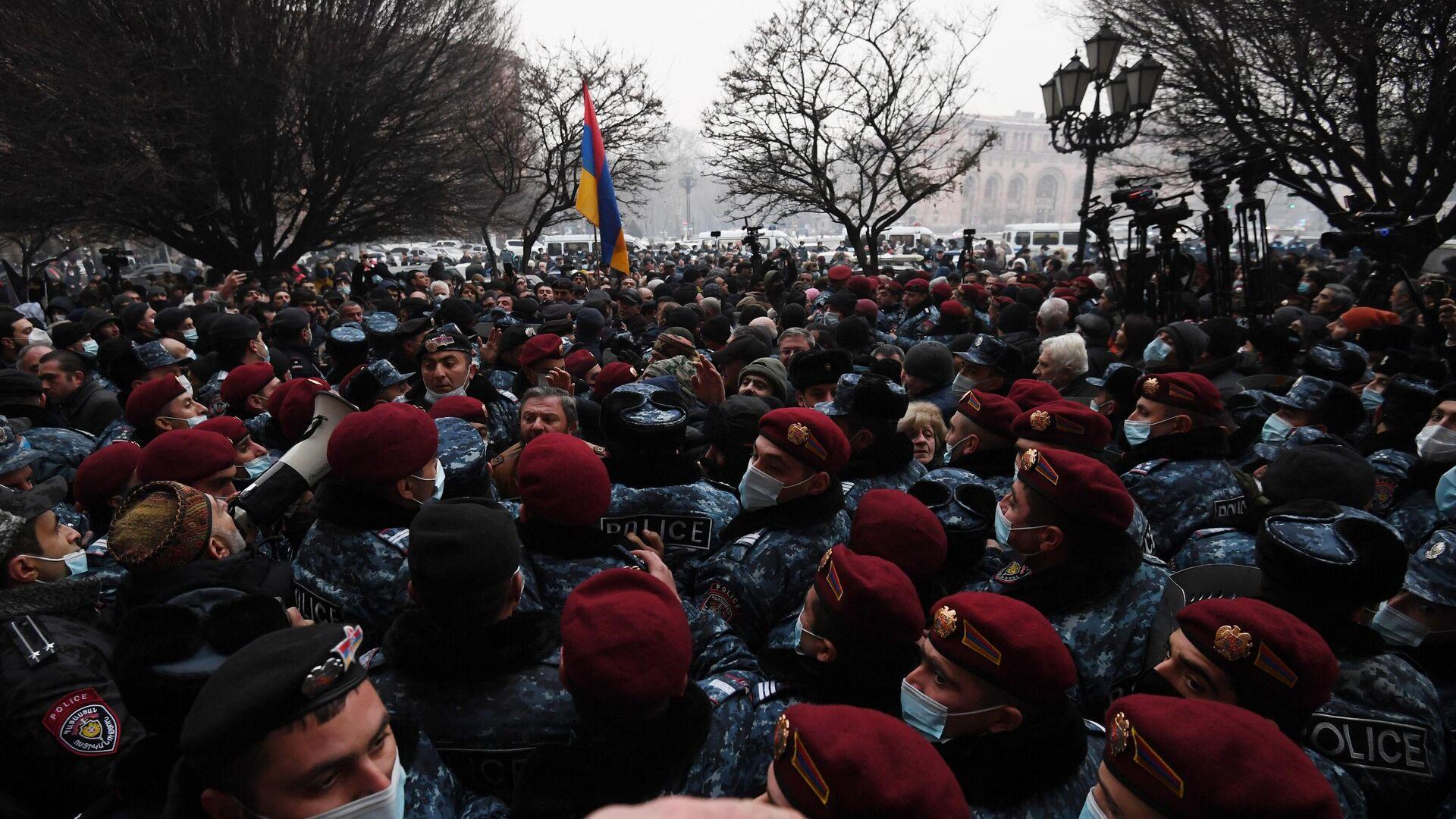 Полицейские во время акции протеста с требованием отставки премьер-министра Армении Никола Пашиняна возле здания генеральной прокуратуры в Ереване - РИА Новости, 1920, 20.02.2021
