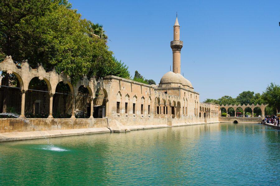 Озеро Балыклы-Гёль в городе Шанлыурфа, Турция