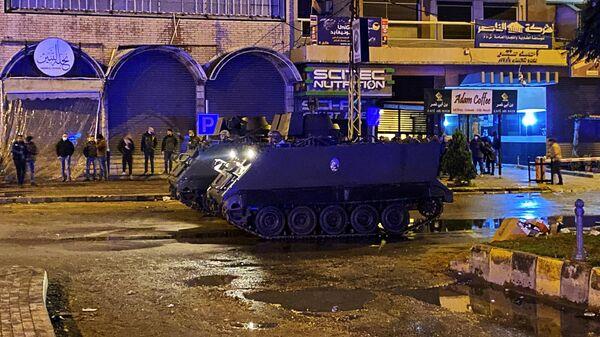 Боевые машины пехоты во время проведения акции протеста на одной из улиц в Триполи, Ливан