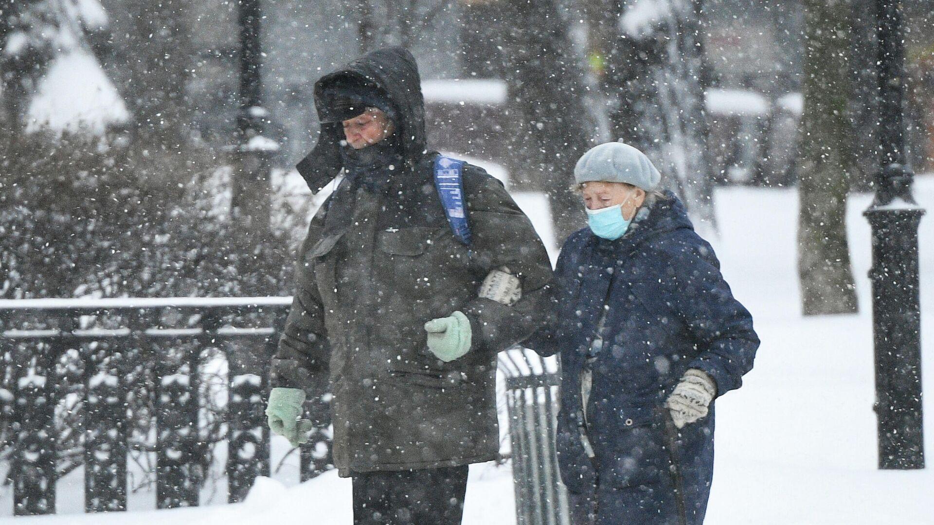 Прохожие идут по Каланчевской улице в Москве во время снегопада - РИА Новости, 1920, 01.02.2021