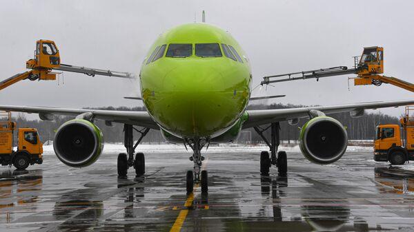 Противообледенительная обработка самолета авиакомпании S7 Airlines перед полетом в международном аэропорту Домодедово