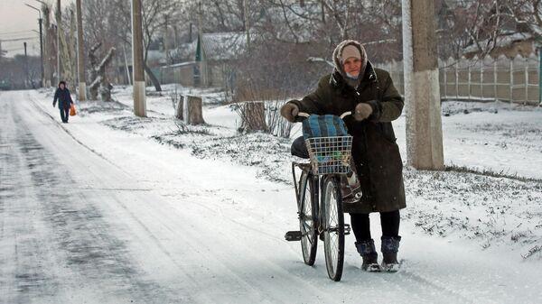 Жители на одной из улиц Углегорска Донецкой области