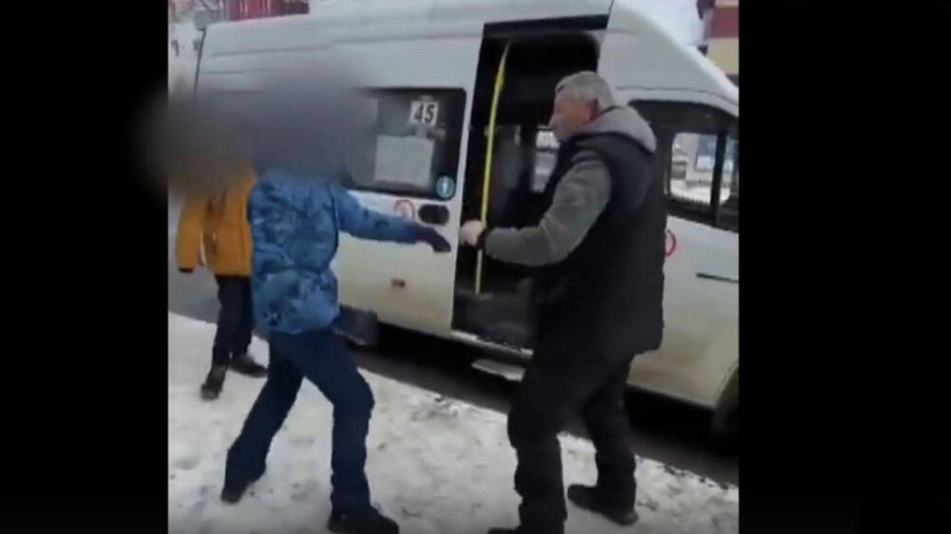Кадр из видео очевидца конфликта школьника и водителя маршрутки в Южно-Сахалинске - РИА Новости, 1920, 31.01.2021