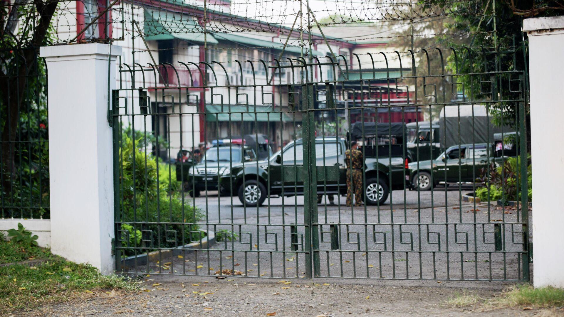 Автомобили военных возле офиса национального телевидения Мьянмы в Янгоне - РИА Новости, 1920, 01.02.2021