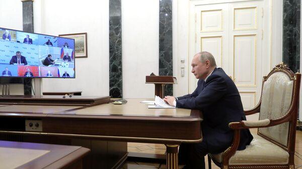 Президент РФ Владимир Путин проводит в режиме видеоконференции совещание по ситуации в банковской сфере