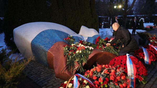 Президент РФ Владимир Путин во время возложения цветов к могиле первого президента страны Бориса Ельцина на Новодевичьем кладбище в Москве по случаю 90-летия со дня его рождения
