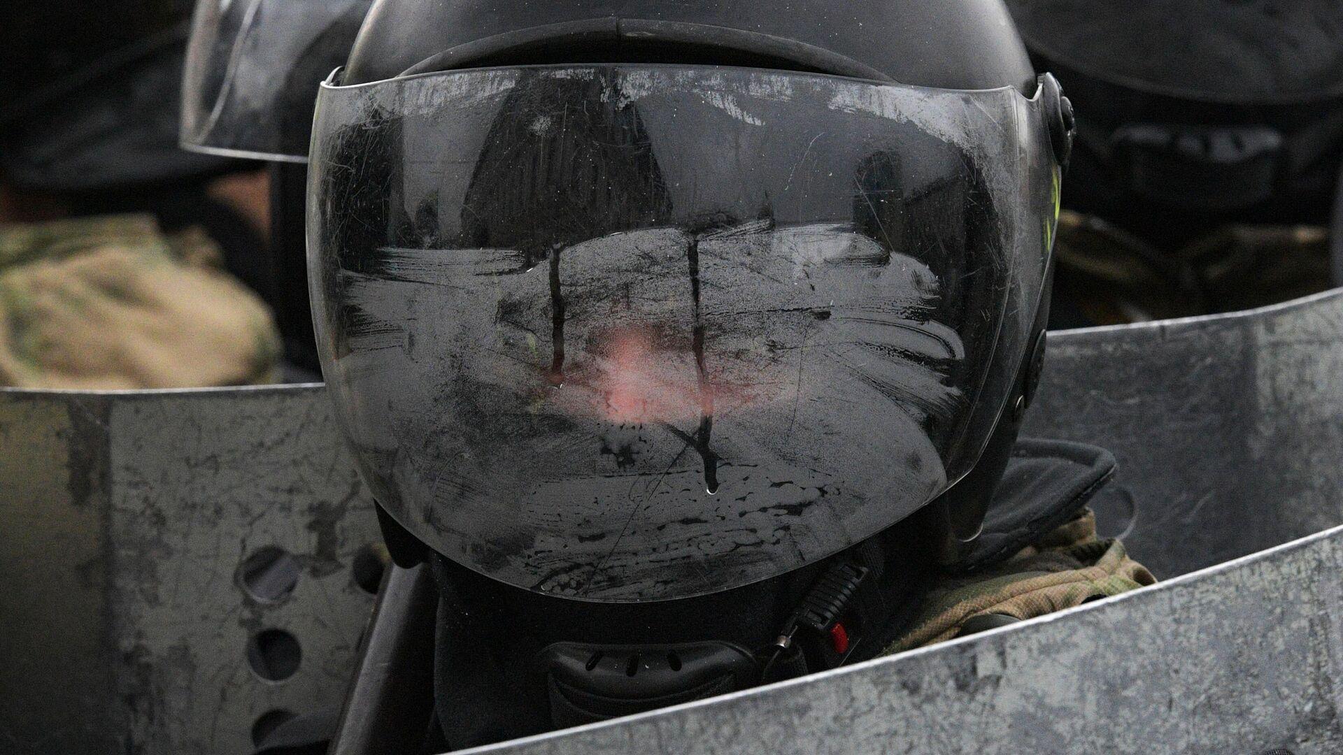 Сотрудник правоохранительных органов во время акции сторонников Алексея Навального в Санкт-Петербурге - РИА Новости, 1920, 03.02.2021