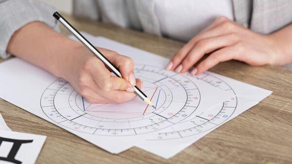 Девушка рисует натальную карту