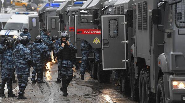 Сотрудники правоохранительных органов во время несанкционированной акции сторонников в Москве