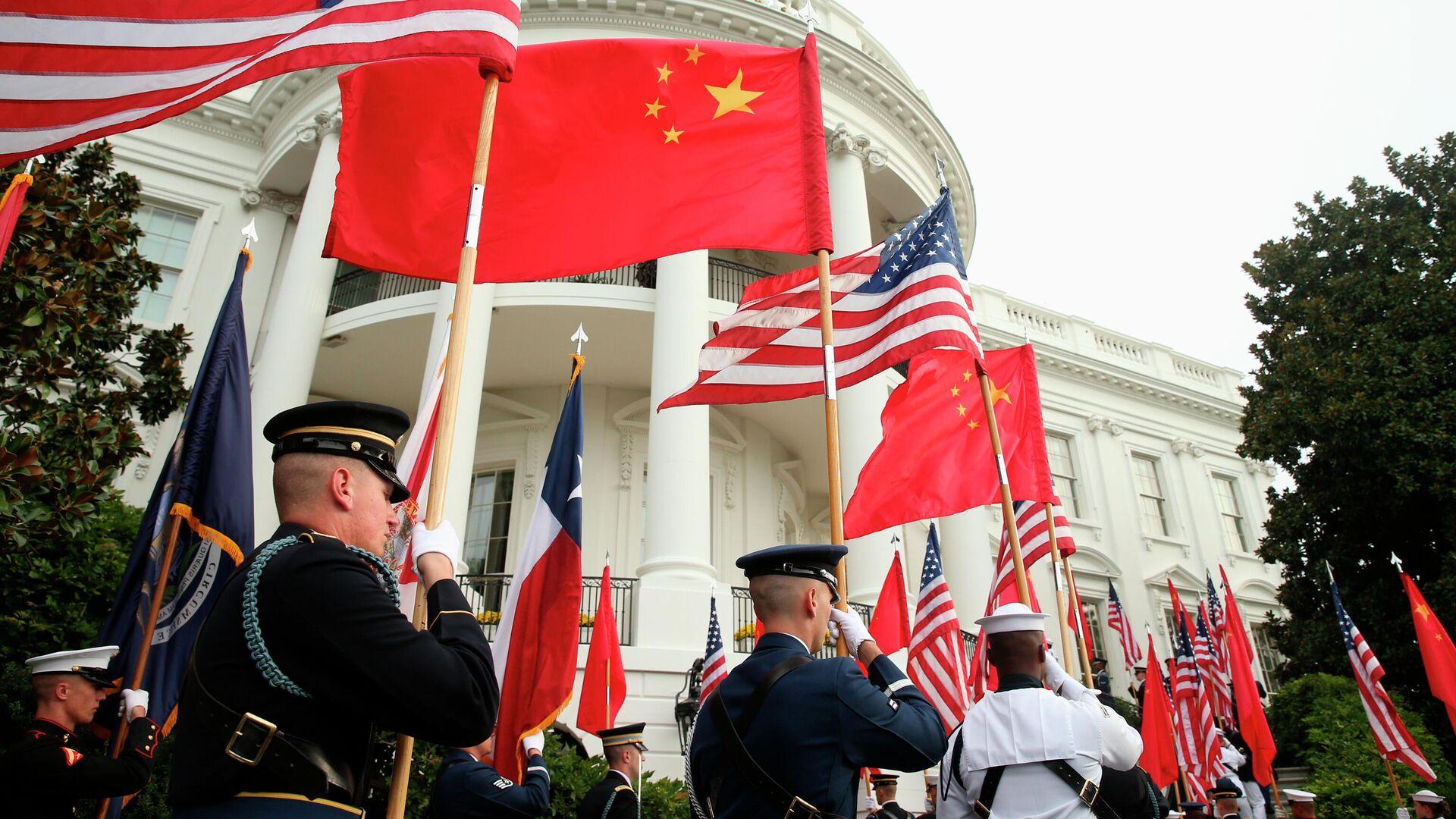 Военнослужащие США с флагами США и Китая на фоне Белого дома в Вашингтоне - РИА Новости, 1920, 17.02.2021