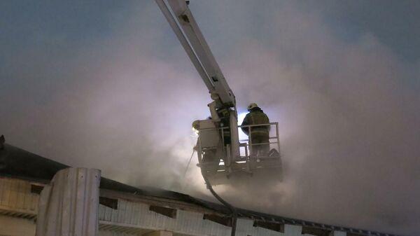 Пожар в одноэтажном металлокаркасном складском задании в Омске