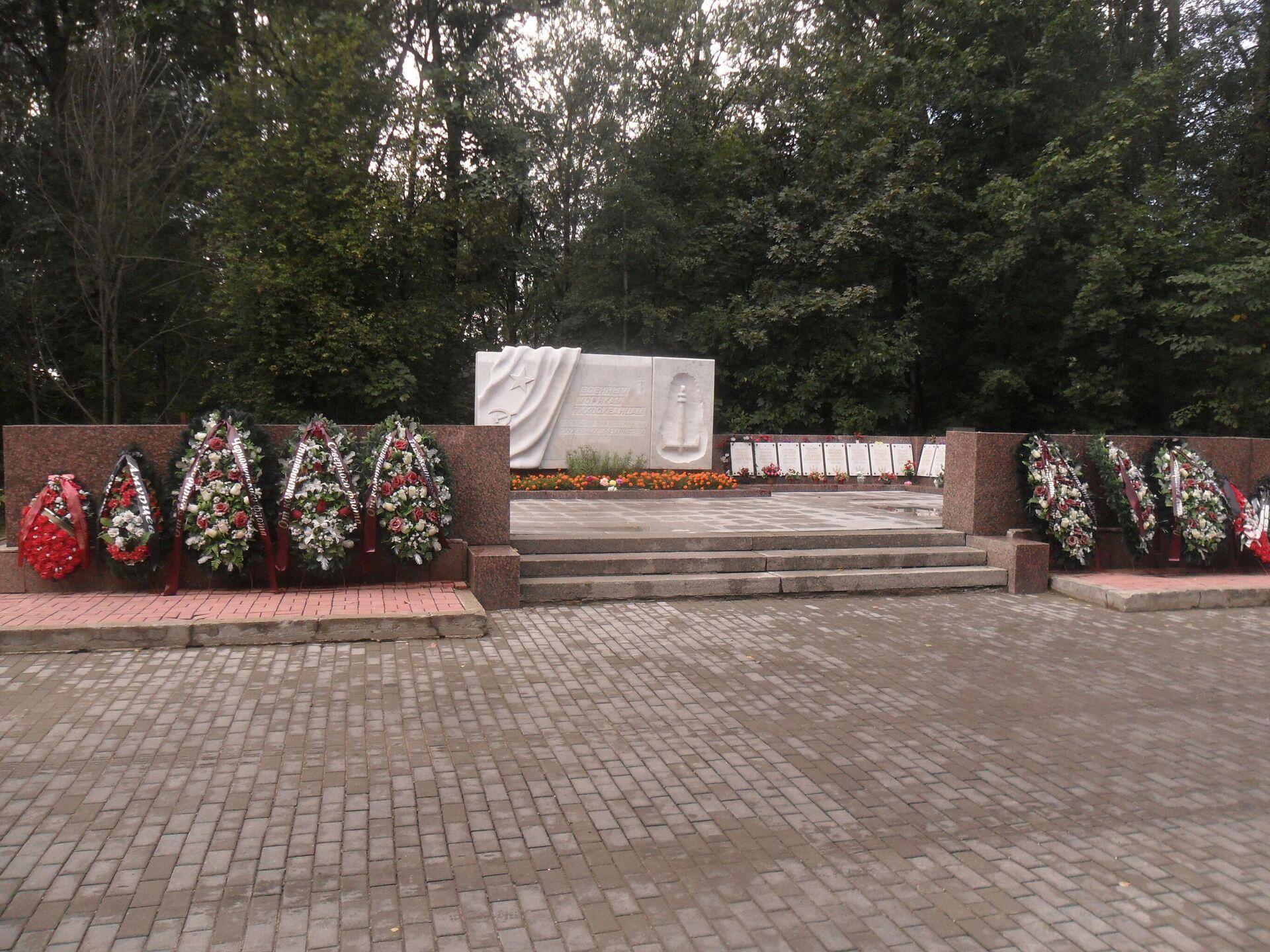 Братская могила погибших в авиакатастрофе 7 февраля 1981 года - РИА Новости, 1920, 05.02.2021