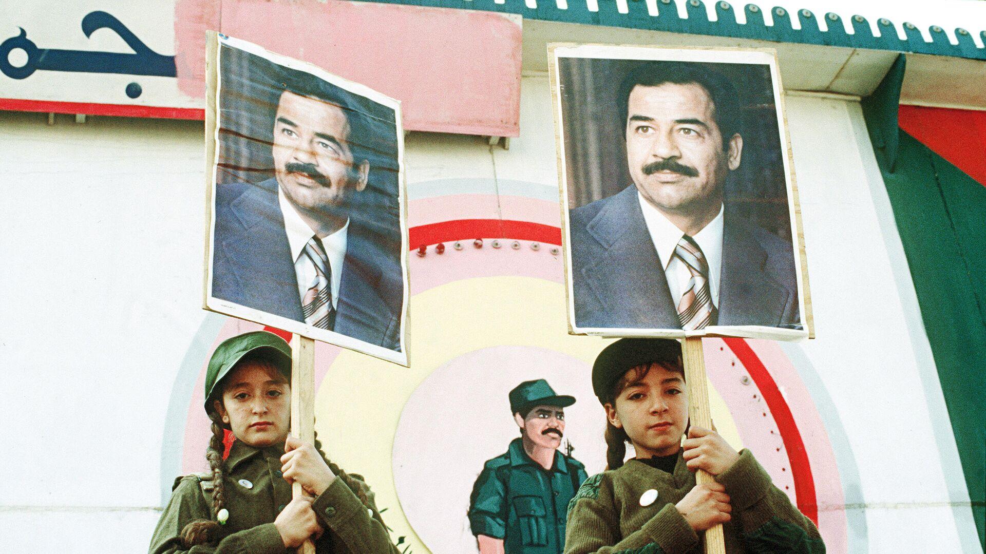 Иракские девочки с портретами президента страны Саддама Хусейна во время антиамериканской демонстрации у посольства США в Багдаде в знак протеста против военных действий в Персидском заливе - РИА Новости, 1920, 07.02.2021