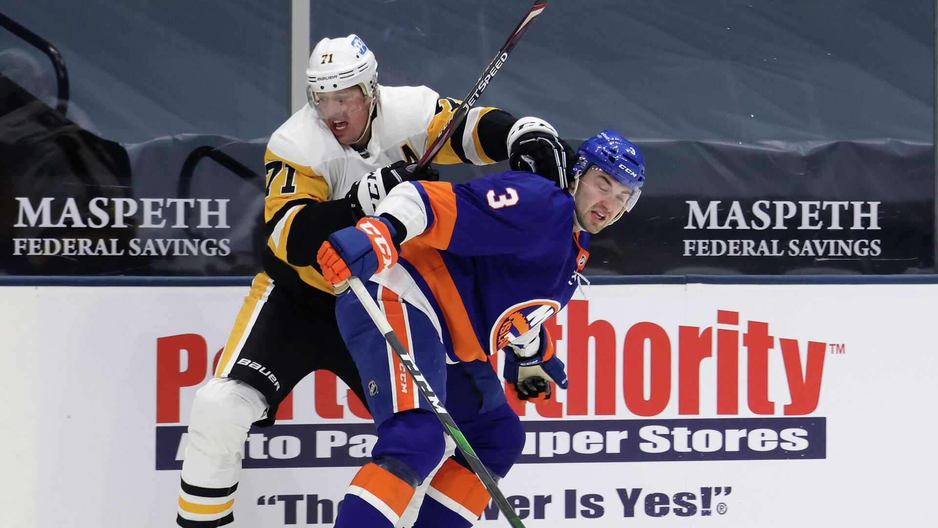 UNIONDALE, NEW YORK - FEBRUARY 06: Evgeni Malkin #71 of the Pittsburgh Penguins attempts to get past Adam Pelech #3 of the New York Islanders during the first period at the Nassau Coliseum on February 06, 2021 in Uniondale, New York.   Bruce Bennett/Getty Images/AFP - РИА Новости, 1920, 07.02.2021