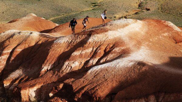 Туристы в долине Кызыл-Чин в Чуйской степи Республики Алтай