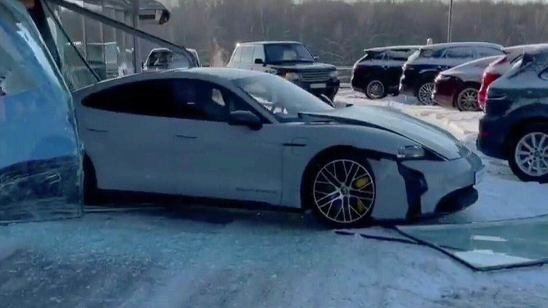 В Красноярске водитель, уходя от погони, въехал в автосалон