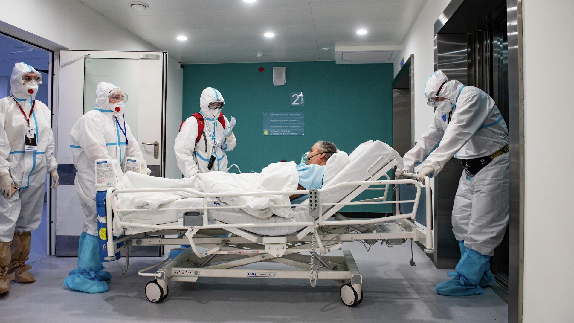 Медработники перевозят пациента в городской клинической больнице №40 в Москве - РИА Новости, 1920, 03.03.2021